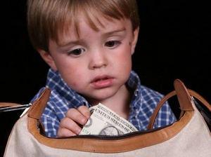 у ребенка деньги в руке