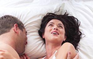 девушка в постели с парнем