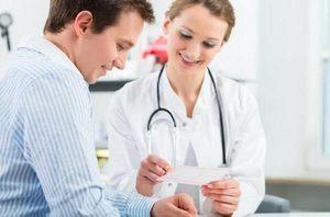 женщина беседует с пациентом