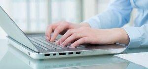 девушка печатает на ноутбуке