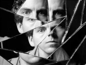 изображение мужчины в зеркале