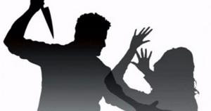 мужчина с ножом нападает на женщину