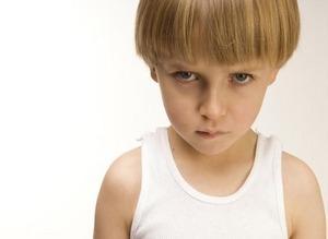 у мальчика серьезное выражение лица