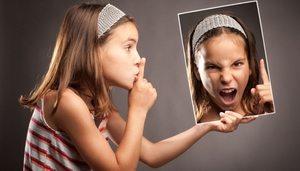 девочка и ее выражение в зеркале