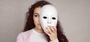 девушка и маска
