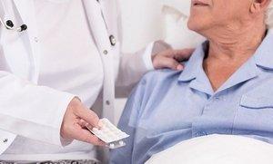 таблетки, врач и пациент