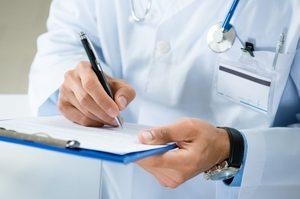врач делает записи