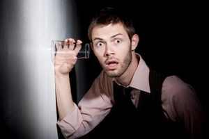 мужчина со стаканом у стены